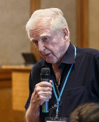 Nobelpreisträger Harald zur Hausen während einer Diskussion auf dem Lindauer Nobelpreisträgertreffen 2015. Für die Entdeckung des Zusammenhangs zwischen HPV-Viren und Gebärmutterhalskrebs erhielt er 2008 den Medizinnobelpreis. In seiner neuesten Forschung geht er der Frage nach, welche Rolle Rinderviren bei neurodegenerativen Erkrankungen spielen. Foto: Rolf Schultes, LNLM15