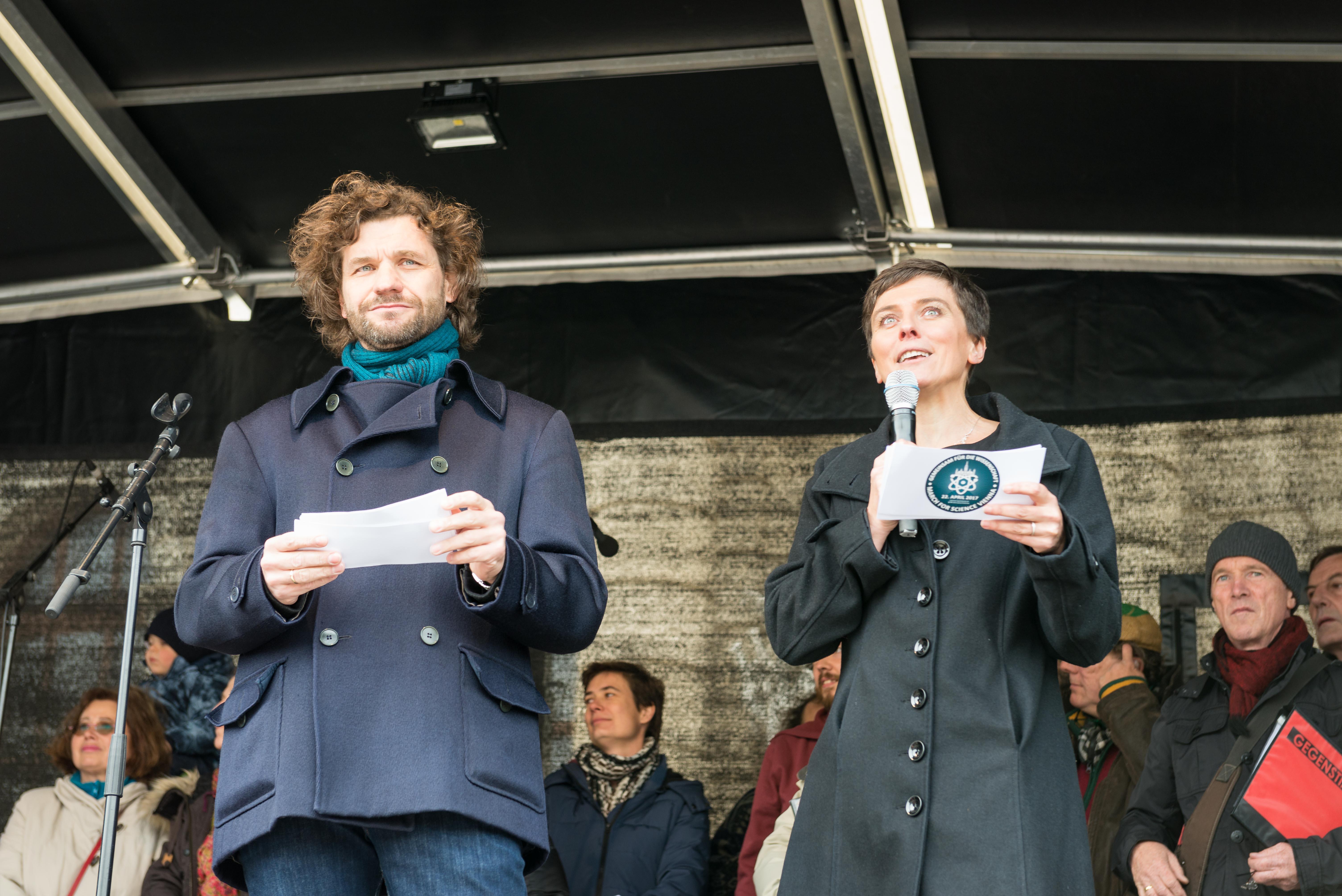 Science Busters Martin Puntigam und Elisabeth Oberzaucher moderierten die Abschlussveranstaltung des Vienna March for Science am 22. April 2017. Photo: © March for Science Vienna