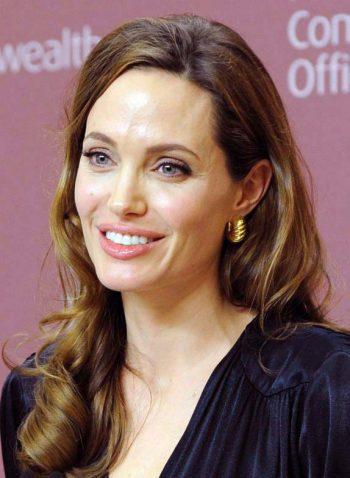 Schauspielerin Angelina Jolie im Mai 2012. Ein Jahr später machte sie ihre Entscheidung öffentlich, sich aufgrund einer BRCA-Mutation mehreren Operationen zu unterziehen, um ihr Krebsrisiko zu senken. Foreign and Commonwealth Office, Open Government Licence v1.0 (OGL)