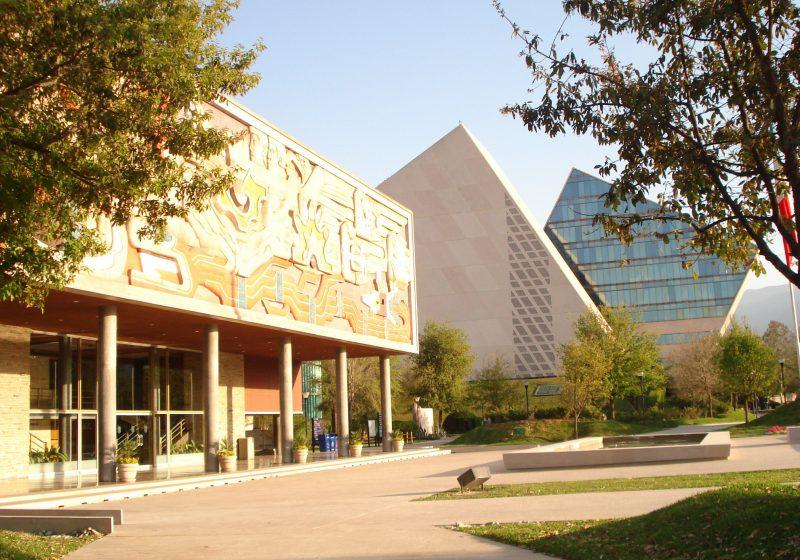 Das Rektoratsgebäude des Monterrey Institute of Technology (links) und die modernen Gebäude von CETEC, einer weiterführenden Hochschule in Monterrey,. Foto: Creative Commons Monterrey, CC BY-SA 3.0